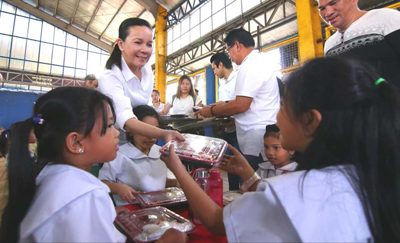 FEEDING PROGRAM. Reelectionist Senator Grace Poe hands out meals to public school students in Quezon City on February 12, 2019. Photo from Poe's Facebook page
