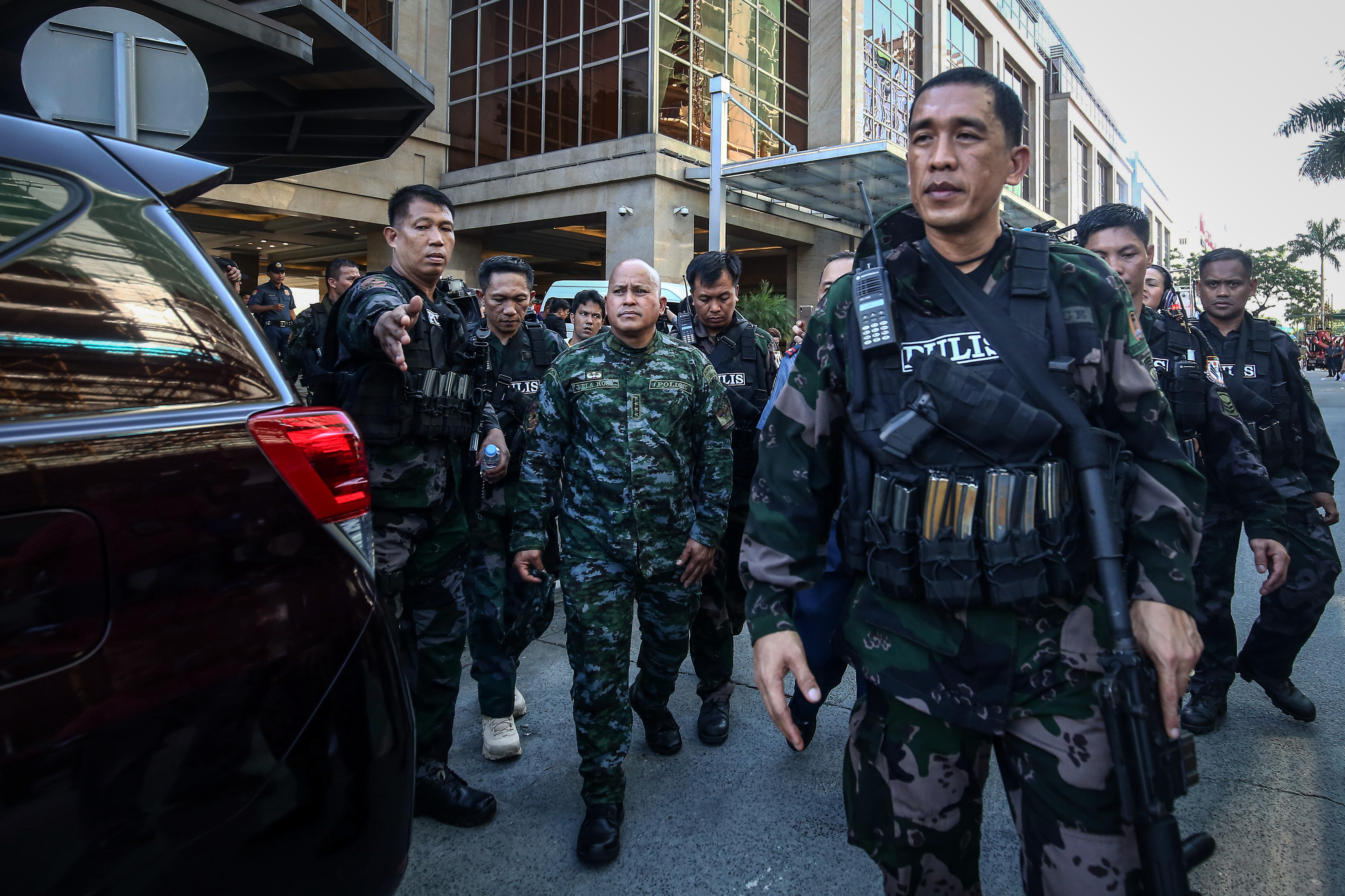 ON THE SCENE. PNP Chief Ronald Dela Rosa deploys additional police in the vicinity of the Resorts World Manila. Photo by Ben Nabong/Rappler