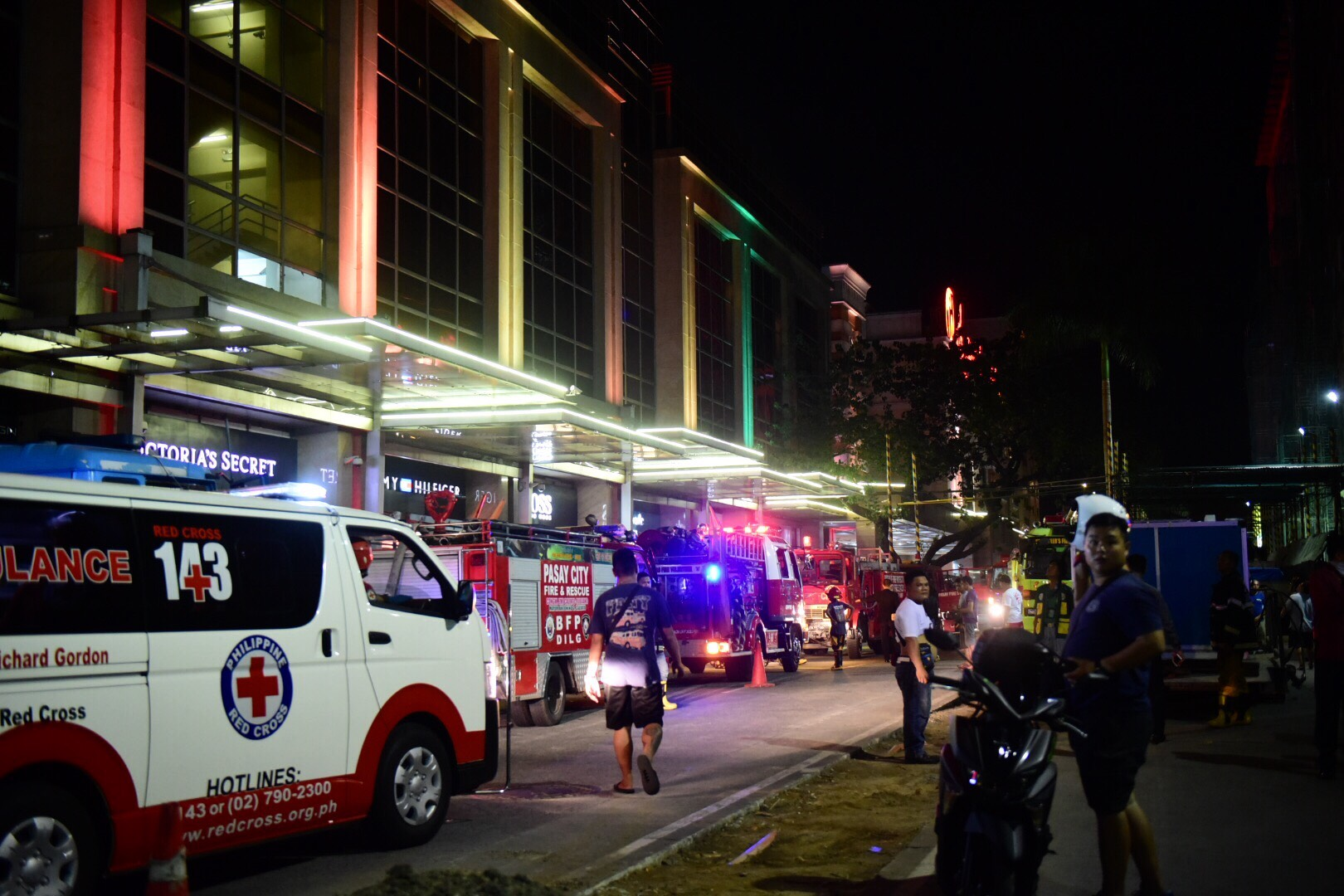 RESPONDERS. Ambulance and firetruck are on standby at Resorts World Manila entrance on Friday, June 2, 2017. Photo by Alecs Ongcal/Rappler