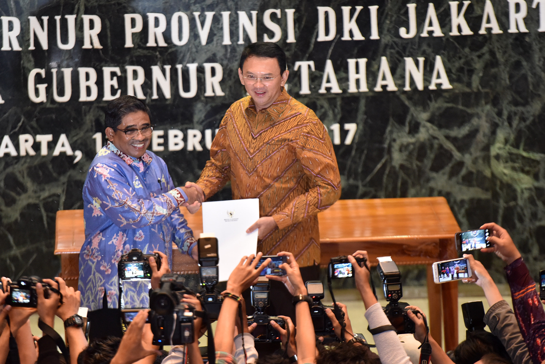 Plt Gubernur DKI Jakarta Sumarsono (kiri) menyerahkan laporan nota singkat kepada Gubernur Petahana Basuki u2018Ahoku2019 Tjahaja Purnama di Balai Kota Jakarta, pada 11 Februari 2017. Foto oleh Wahyu Putro A/Antara