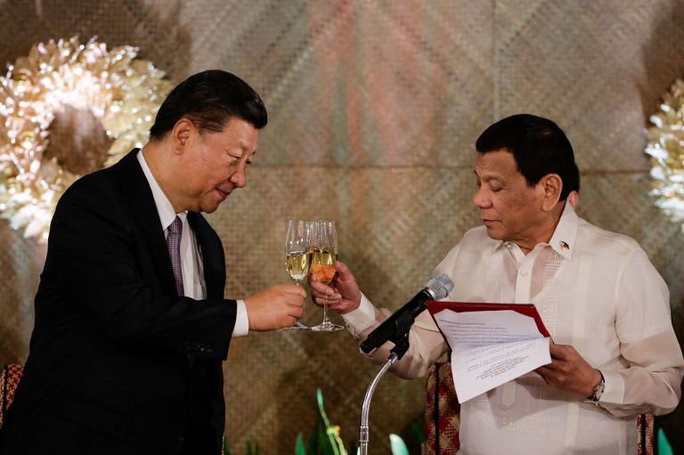 TOAST. Chinese President Xi Jinping (L) and President Rodrigo Duterte (R) raise a toast during a state banquet in Malacanang on November 20, 2018. Photo by Mark Cristino/PoolAFP