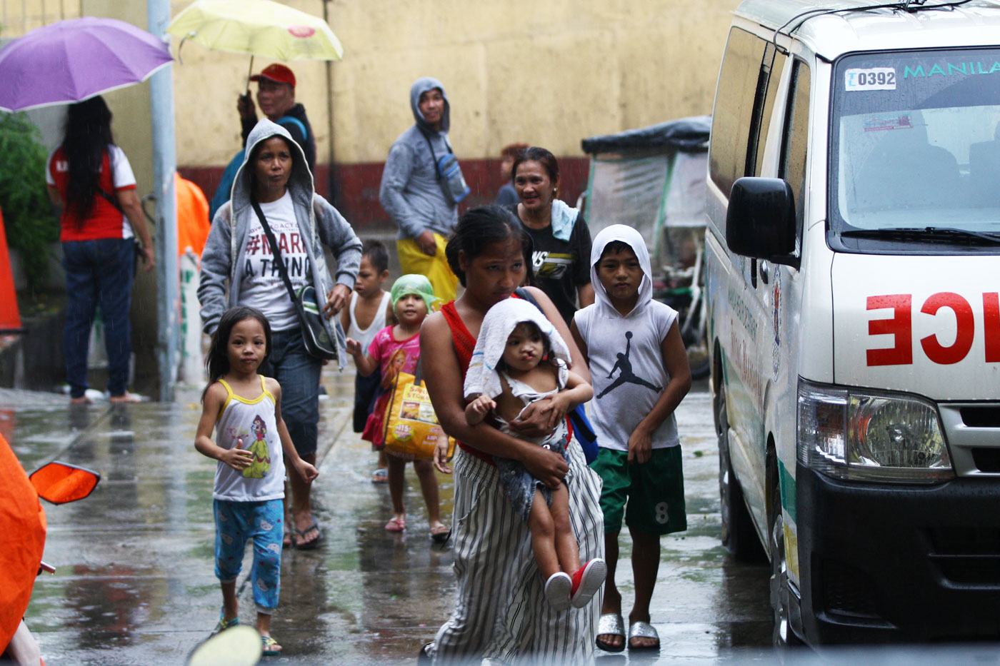 EVACUEES. Families rush to the Delpan Evacuation Center in Manila as they voluntarily leave their homes due to strong winds and rain. Photo by Ben Nabong/Rappler