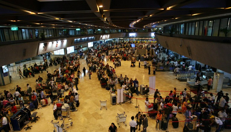 Passengers form a long line in front of airlines check in counters at the terminal building of Manila international airport on June 16, 2008. AFP PHOTO/TED ALJIBE