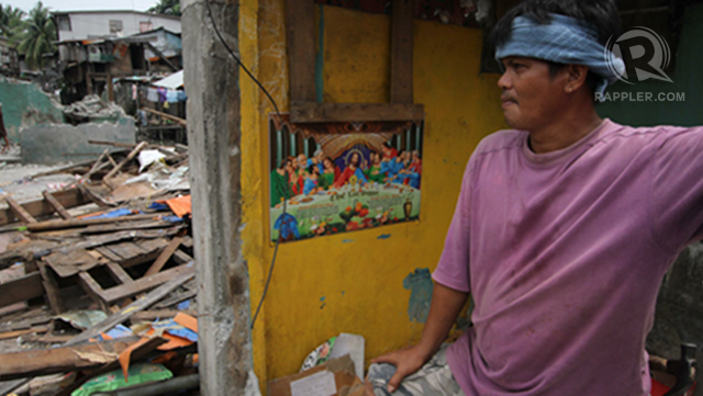 MOVING OUT. What hope do residents have after authorities demolished their houses? Photo by Karlos Manlupig