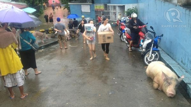 BETTER PREPARED. Families in San Mateo, Rizal move their belongings to their subdivision's entrance as early as 2 a.m. Photo by Paterno Esmaquel II