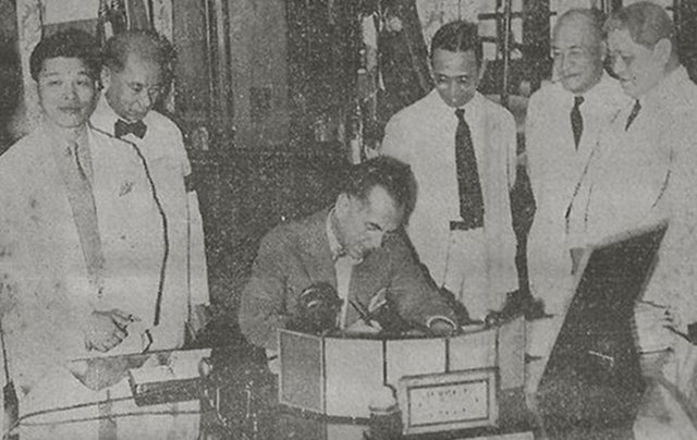 The Proclamation of the National Language being signed in the Presidential Study, Malacau00f1an Palace. National Language Institute officials Cecilio Lopez (Tagalog), Jaime C. de Veyra (Samar-Leyte Visayan), Santiago A. Fonacier (Ilocano), Rafael Palma (Chairman of the National Council of Education), and Casimero F. Perfecto (Bicol), witness the signing.