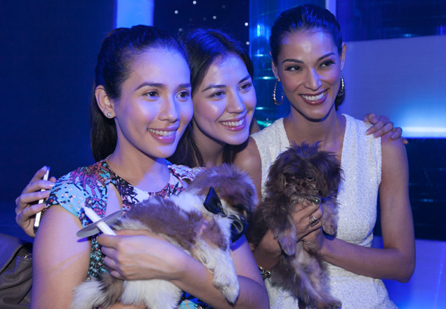 ANIMAL LOVING BEAUTIES. (From left) Karylle with Shih-Tzu Lucky, Carla D., and Joey Mead King with Hershey. All photos courtesy of PAWS