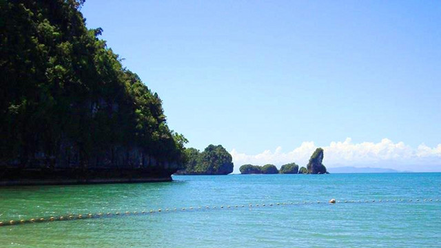 BLUE, GRAY, AND GREEN. Marabut is a quiet white beach at off-the-beaten Samar. Photo by Mervz Marasigan