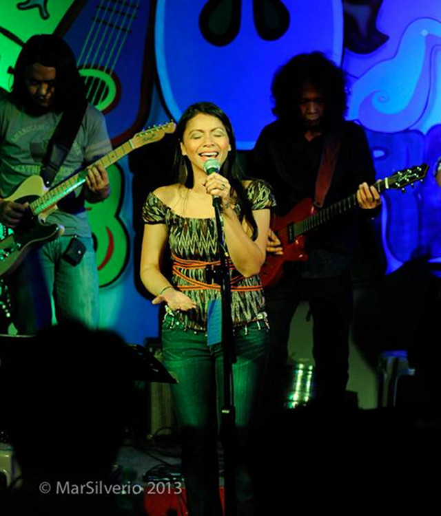 SOLID BACKING. Barrios with two of her foremost u2018Malayau2019 collaborators: (from left) Legapsi and fellow guitarist-arranger Sammy Asuncion
