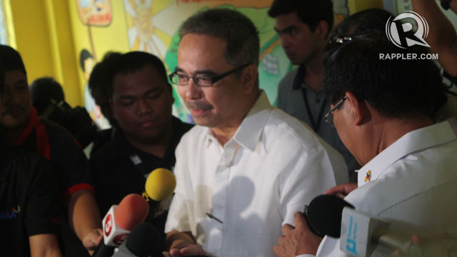 SCHOOL VISIT. DOST Secretary Mario Montejo visits Kamuning Elementary School on June 20 to distribute some OL trap kits. Photo by Jee Geronimo/Rappler