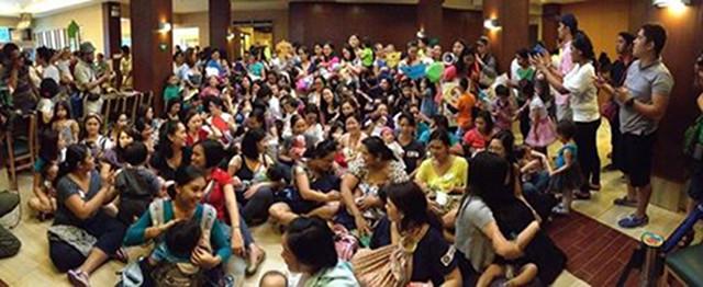 CRAMPED BUT HAPPY. More than 100 Breastfeeding Pinays in Aristocrat Restaurant. Photo from Keysi Nunez
