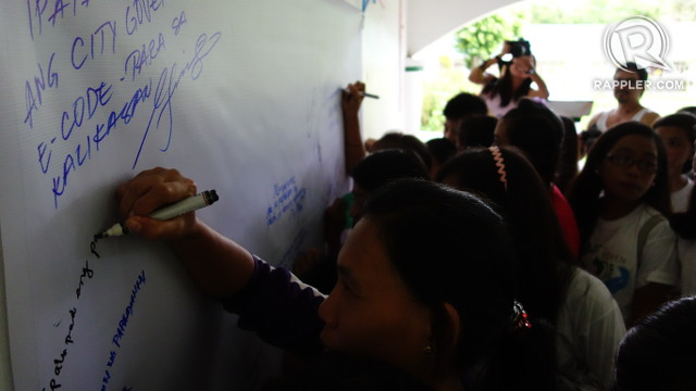 PROMISES TO KEEP. Residents of Barangay San Agapito write their pledges to protect their part of the Verde Island Passage from pollution