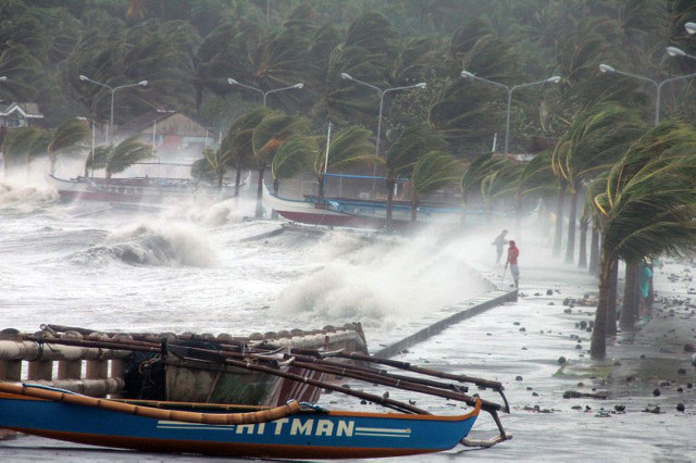 MONSTER WAVES. Freakishly strong winds brought by Yolanda cause storm surges and monster waves. Photo by Agence France-Presse/Charism Sayat
