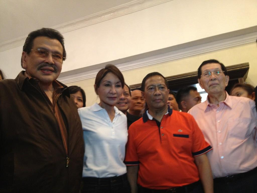 UNA SUPPORT. Former President Joseph Estrada (L), Vice President Jejomar Binay (2nd R) and Senate President Juan Ponce Enrile (R) face the media with suspended Cebu Governor Gwen Garcia (2nd L) at the Cebu Provincial Capitol, December 23, 2012. All are members of the United Nationalist Alliance (UNA). Photo courtesy of Mike Acebedo Lopez