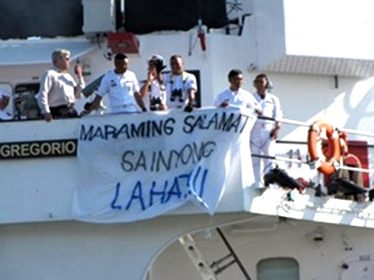 DEPARTURE. As the BRP Gregorio del Pilar leaves the US Coast Guard dock in Alameda, California, the crew unfurls a banner. (NEWSBREAK FILE PHOTO)