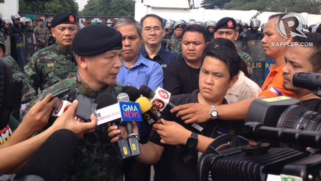 PNP-Special Action Forces commander Dir Carmelo Valmoria answers questions from the media at the gate of Fort Sto Domingo, Sept 1, 2013. Photo by Rappler/Bea Cupin
