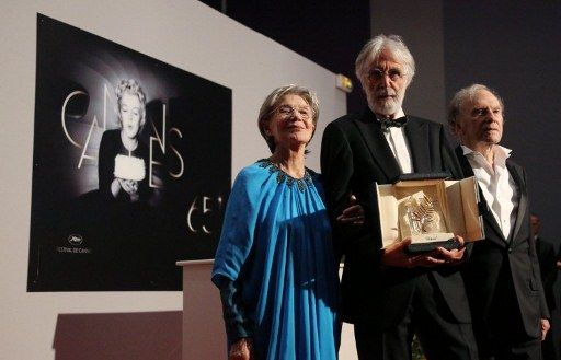 CANNES 'LOVE.' Austrian director Michael Haneke (C) poses during a photocall with French actors Emmanuelle Riva (L) and Jean-Louis Trintignant after being awarded with the Palme d'Or for his film u0022Amouru0022 at the 65th Cannes film festival on May 27, 2012 in Cannes. AFP PHOTO / LOIC VENANCE