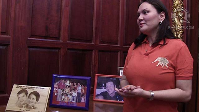 LOYAL DAUGHTER, LOYAL FAN. Gwen giggles as she shares how she and her mother idolize actor Jericho Rosales. Two of the actor's photos are displayed in the u0022White Castle.u0022
