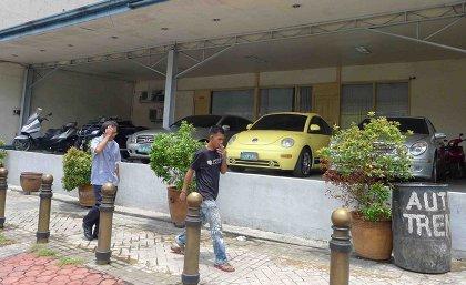 NO SIGNAGE. Auto Trend at Timog Avenue, Quezon City