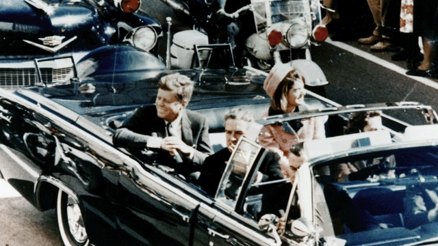 THAT FATEFUL DAY. US President John F. Kennedy in a limousine in Dallas, Texas, on Main Street, minutes before the assassination, 22 November 1963. Image by Walt Cisco, Dallas Morning News/Wikipedia/Public Domain
