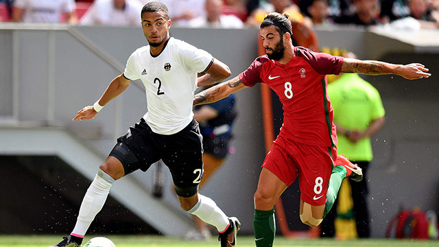 Jeremy Toljan (kiri) saat Jerman melawan Portugal di Olimpiade Rio. Foto: Twitter resmi timnas Jerman.
