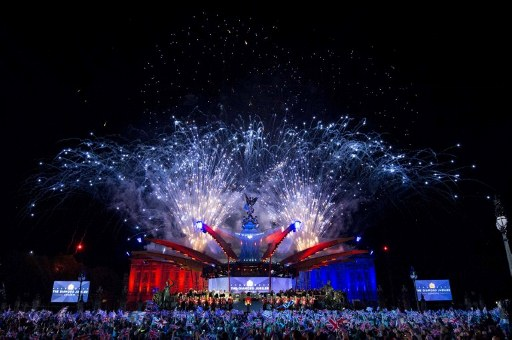 GRAND CONCERT. Buckingham Palace is illuminated by a fireworks display during the Diamond Jubilee Concert in London, on June 4, 2012. Britain's Queen Elizabeth II made a regal appearance at a star-studded diamond jubilee concert Monday but without her husband Prince Philip at her side after he was hospitalised hours earlier. AFP PHOTO / David Parker/ POOL