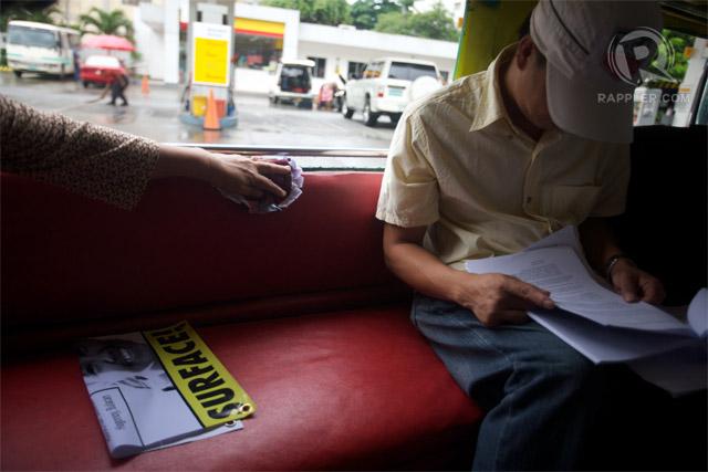 MANALO. Witness Raymond Manalo reviews court documents from inside a jeepney. Photo by Carlo Gabuco