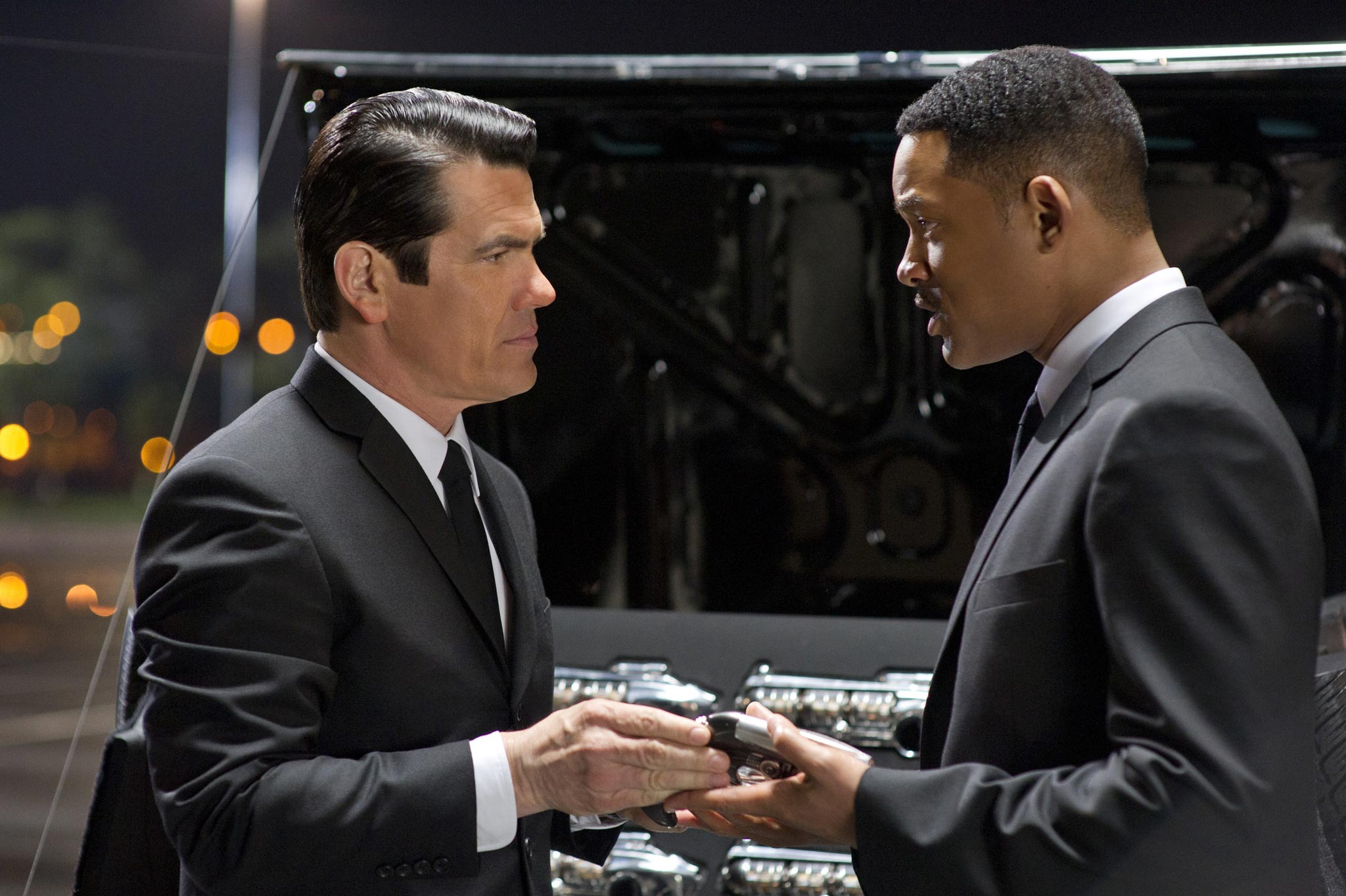 PARTNERS IN TIME. Josh Brolin and Will Smith trigger good chemistry.