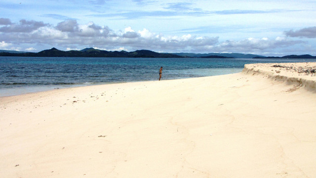 NAKED BEAUTY. Pure white sand is definitely not in short supply at Naked Island, Siargao. Photo by Cielo Lazo