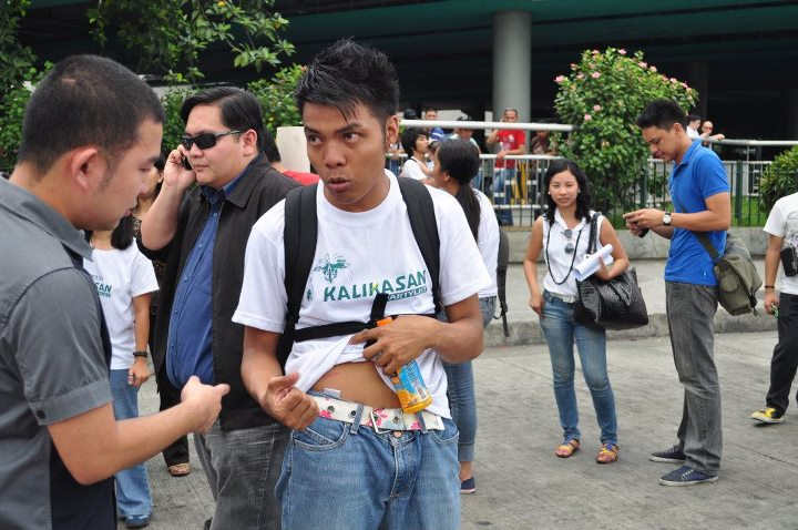 VIOLENT DISPERSAL. An environmental activist shows his bruise from a mall guard's punches. Photo by KALIKASAN Partylist