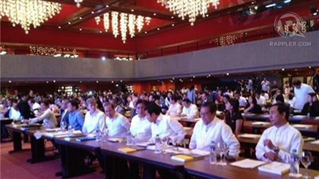 OPTIMISTIC. Over 1,200 attendees of the bi-annual Philippine economic briefing tackle the elephants in the room: the Zamboanga crisis and the pork barrel scandal. Photo by Rappler