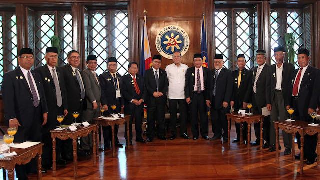 HISTORIC: President Benigno S. Aquino III huddles with Moro Islamic Liberation Front (MILF) representatives, led by chairman Al Haj Murad Ebrahim, for a group photo souvenir during a courtesy call at the Presidentu2019s Hall of the Malacau00f1an Palace. Malacau00f1ang Photo Bureau
