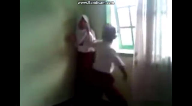 VIRAL VIDEO. Screen grab from a video on YouTube showing primary school students beating up a female classmate in Bukittinggi, West Sumatra.