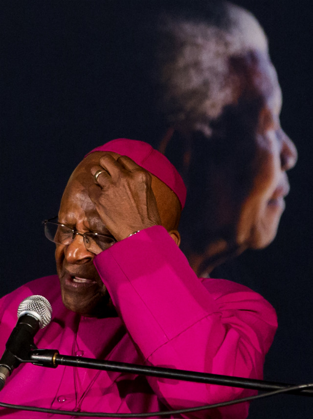 REMEMBRANCE. Archbishop Desmond Tutu addresses a crowd during a remembrance ceremony for the late Nelson Mandela, 09 December 2013. Photo by Ian Langsdon/EPA