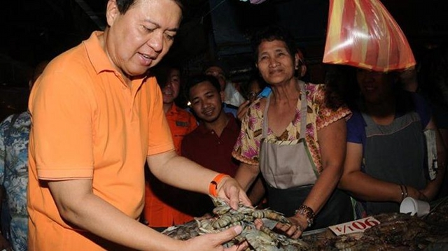 CAMPAIGN TRAIL. Villar's rags-to-riches story was key to his campaign. In 2010, he presented himself as the candidate of the poor. Photo from the official Facebook page of Sen. Villar