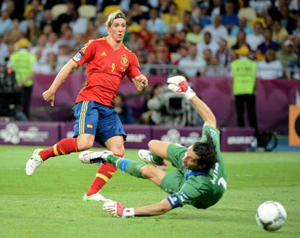 GOLDEN BOOT: Spanish forward Fernando Torres (L) scores against Italian goalkeeper Gianluigi Buffon in the 84th minute.