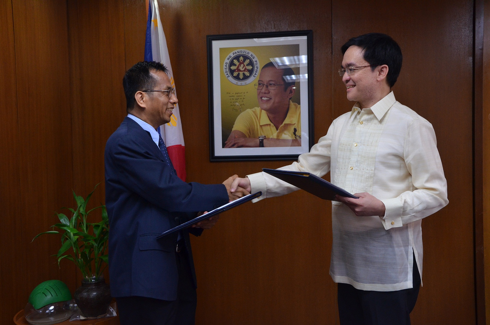 NEW NSCB SECRETARY GENERAL. (From left) Socioeconomic Planning Secretary Arsenio Balisacan shakes the hand of Dr. Jose Ramon Albert who becomes the NSCB's 3rd Secretary General. Photo taken by Leody Barcelon of the National Economic and Development Authority.