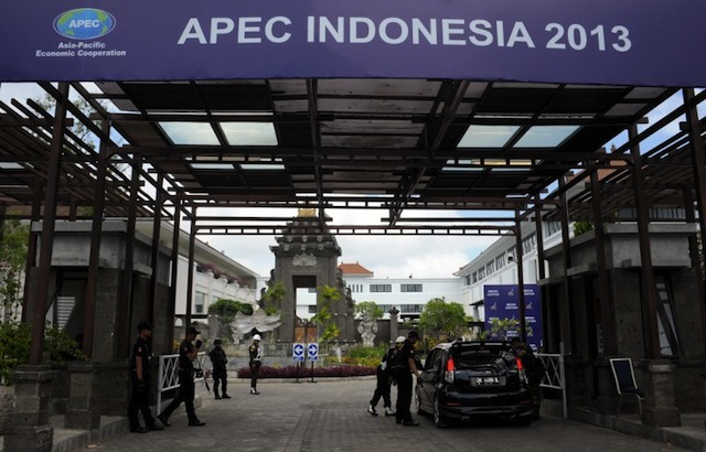 SECURITY. Members of security check a car at the entrance to the media centre and other venues holding various sessions of the Asia-Pacific Economic Cooperation (APEC) summit in Nusa Dua on the Indonesian resort island of Bali on October 6, 2013. AFP / Richard A. Brooks