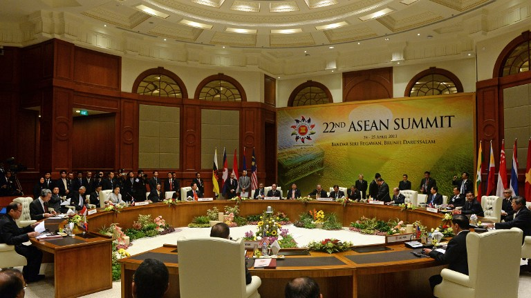 IN SESSION. This general view shows leaders attending the start of round table meetings at the Association of Southeast Asian Nations (ASEAN) summit in Bandar Seri Begawan on April 25, 2013. AFP PHOTO / ROSLAN RAHMAN