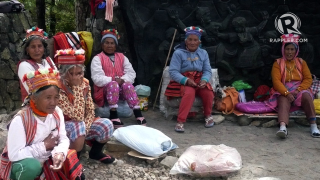 COOL WEATHER. Locals bundle up when it's colder than usual. Photo by Dave Leprozo Jr/Rappler