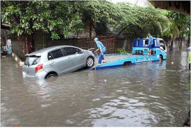 Toyota Yaris mogok di tengah banjir di Sunter. Foto @TMCPoldaMetro/Twitter