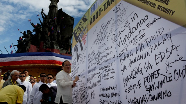 RENEWING PLEDGE. President Aquino writes in the Pledge of Commitment Wall during the commemorative activities of the 27th Anniversary of the EDSA People Power Revolution. Photo by Gil Nartea / Malacau00f1ang Photo Bureau.