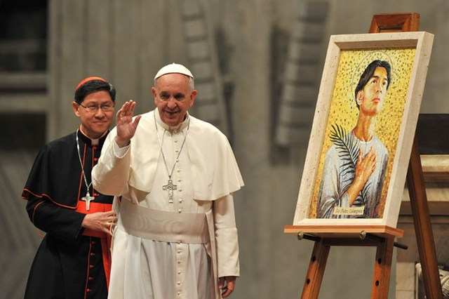 EYES ON VISAYAS. Pope Francis waves next to Filipino Cardinal Luis Antonio Tagle during a ceremony to bless the new image of St Pedro Calungsod of Philippines at St Peter's Basilica on November 21, 2013 at the Vatican. Photo by Tiziana Fabi/AFP