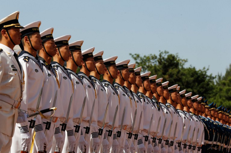Chinese military troops stand at attention at the Bayi Building in Beijing on September 18, 2012. AFP PHOTO / POOL / Larry Downing
