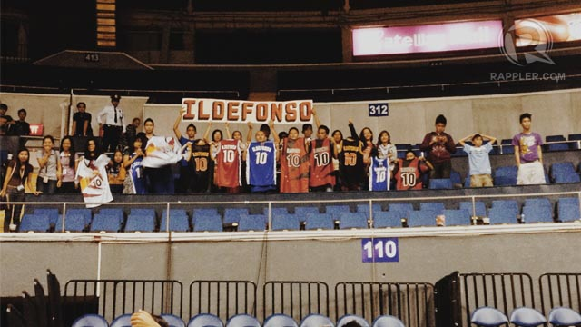 FAN SUPPORT. Loyal fans of Danny I. trooped to the SMART Araneta Coliseum in one of Petron's first games of the Philippine Cup. They brought his old jerseys in the hope that the Petron team and management would take notice and re-sign him. Photo by Jane Bracher/Rappler