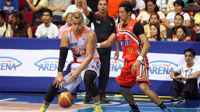 THROWBACK MATCH-UP. Veteran big men Danny Ildefonso (right) and Asi Taulava (left) locked horns in a classic throwback match-up, this time with much wisdom and experience. Photo by KC Cruz/PBA Images