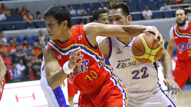 PASSING THE TORCH. Despite being 13 years older at age 37, the former two-time PBA MVP Danny Ildefonso had a strong game against Fajardo. Photo by NukiSabio/PBA Images