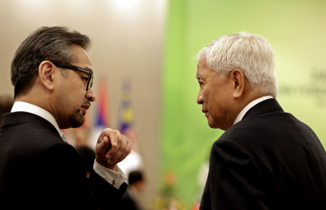 THE SIGNATORIES. Indonesia Foreign Minister Marty Natalegawa (left) talks with Philippine Foreign Minister Albert del Rosario (right) before the ASEAN Foreign Ministers' Meeting at the 24th ASEAN Summit in Naypyitaw, Myanmar on May 10, 2014. Photo by Nyein Chan Naing/EPA