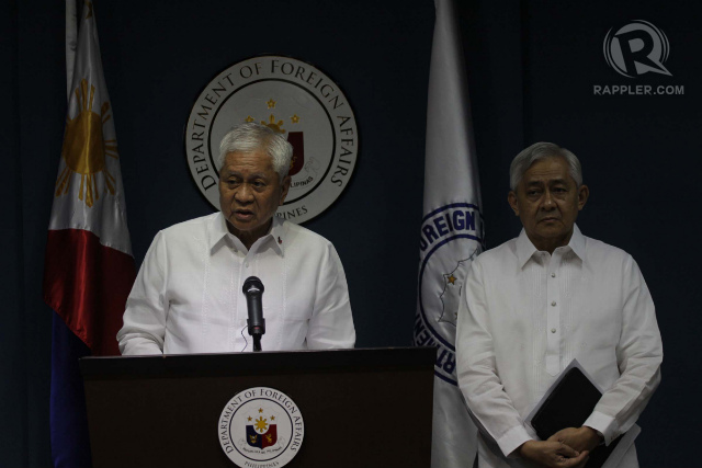 HISTORIC PLEADING. Foreign Secretary Albert del Rosario (left) and Solicitor General Francis Jardeleza (right) hold a media briefing after the Philippines sent its nearly 4,000-page memorial against China. Photo by Jose Del/Rappler