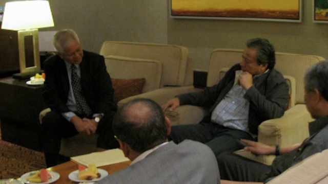 MEETING IN KUALA LUMPUR. Foreign Affairs Secretary Albert  del Rosario meets (L) meets with Malaysian foreign minister Anifah Aman  (R) in Kuala Lumpur on Monday, March 4. Photo courtesy of DFA